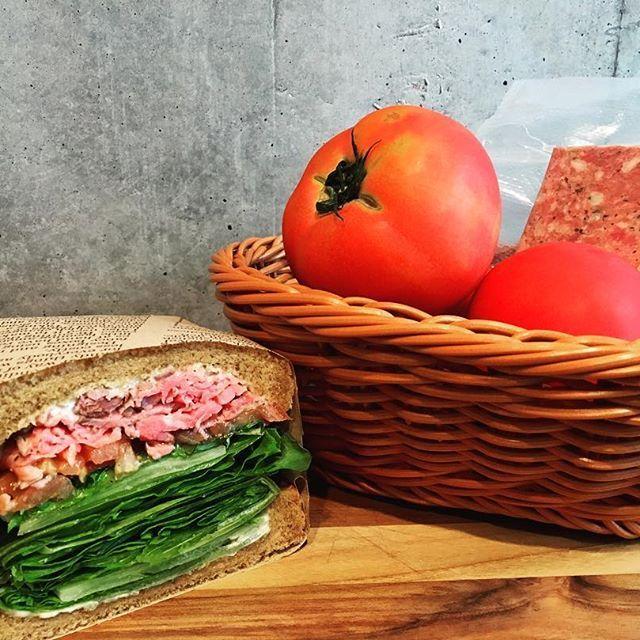 #亀戸#ランチ#お昼ごはん#おひるごはん#カフェ#ローストビーフサンド#肉#肉好き#肉カフェ#昼呑み#OK#夏#裏亀戸#サンドイッチ#おひとりさま#大歓迎 #mfckameido#tokyosandwich#roastbeef#sandwich#tomato#innstafood#innstagood#food#vegitable