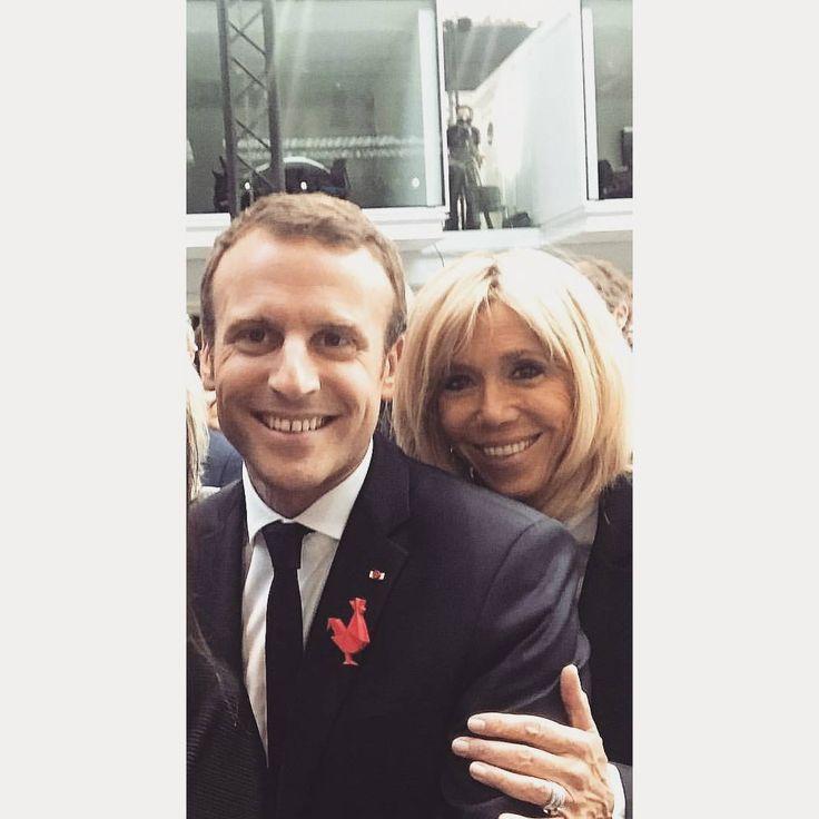 Photos d'hier, le couple présidentiel souriant et heureux. . #brigittemacron #brigittemacron2017 #brigittemacronfashion #brigittetrogneux #emmanuelmacron #macron #emmanuelmacron2017 #france #presidential #elysées #firstlady #couplepresidentiel #premieredame #francestyle #president #brigittemacronfashion #brigittemacronstyle #macronien #macronpresident #brigitteemmanuel #parisienne