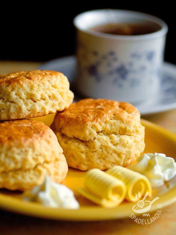 Gli Scones al, dolci tradizionali scozzesi, qui sono presentati nella versione senza glutine, con buon miele e profumati con scorza di limone.