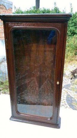 125 €: vendo uma vitrine antiga em madeira de vinhatico foi toda restaurada (colada raspada lixada levou uma aguada e foi acabada a goma laca) também dá para fazer de oratório de pendurar na parede medidas ...