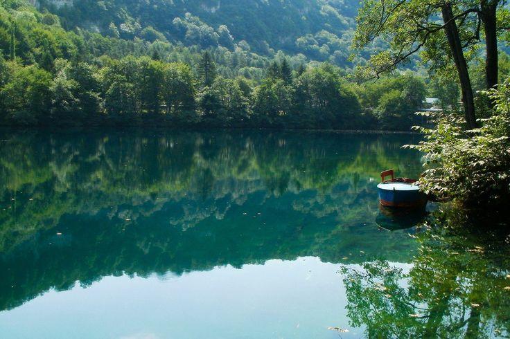 Группа из пяти карстовых озёр в Черекском районе Кабардино-Балкарии расположена у подножья скалистого хребта, откуда начинается Черек-Балкарское ущелье. Расположенное у входа в ущелье, Голубое озеро — уникальное природное явление, интересное не только для Кабардино-Балкарии, но и в масштабе всей страны. Нижнее Голубое озеро имеет несколько названий: Чирик-кель (балк.) — гнилое (вонючее) озеро; Шередж-ана (каб.) — мать Черека; Псыхурей (каб.) — круглая вода (озеро), естественный артезианский…