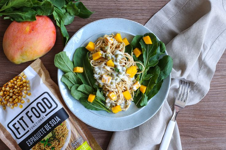 Salada de espaguete de soja Fit Food com ricotta, rúcula, ervilha e manga #fitfoodbrasil #receitafit #fitness