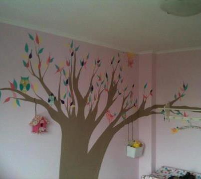 een boom met uiltjes