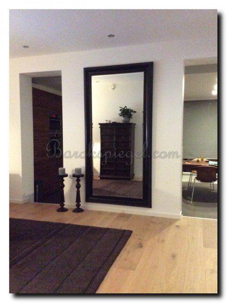 Grote zwarte moderne spiegel op blinde muur in de woonkamer 204x104 cm grote spiegels - Deco grote woonkamer ...