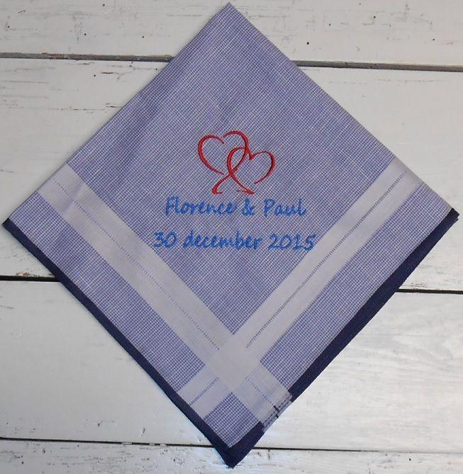 Herenzakdoek blauw met patroon hartjes namen en datum geborduurd. http://www.borduurkoning.nl/shop/diversen/zakdoeken