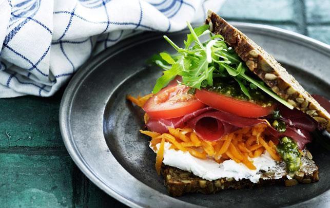 Rugbrøds sandwich med bresola og pesto