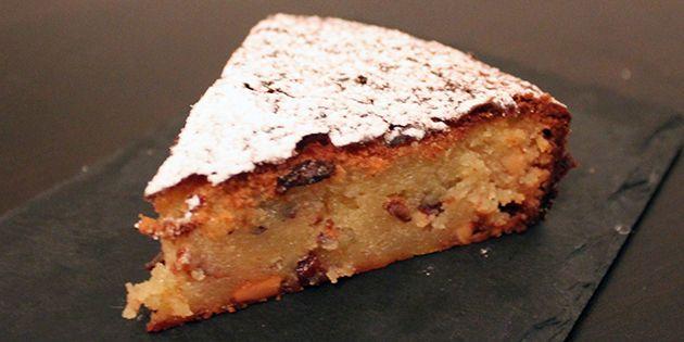 Fantastisk intens kage med masser af hvid chokolade og lidt lækkert modspil fra hakkede hasselnødder.