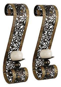 Deze set van twee sierlijke metalen kandelaars kunnen naast een bijpassende spiegel aan de muur opgehangen worden.Twee leuke kleine bol-kaarsjes maken deze kandelaars compleet