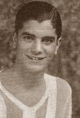 """Carlos Pereira Mesquita, o """"Carlitos"""" que participou nos grupos infantis do Futebol Clube do Porto e neste se fez atleta dos mais notáveis, no futebol, no hóquei em campo e no atletismo, contribuiu também para a conquista de Campeonatos Regionais e Nacionais. Membro de uma família inteiramente portista, desde o seu pai, velho dirigente do clube, da Associação e da Federação, até ao seu irmão, o inesquecível Acácio Mesquita, passando pelo seu primo, Jerónimo Faria, Campeão Nacional, pôde o…"""