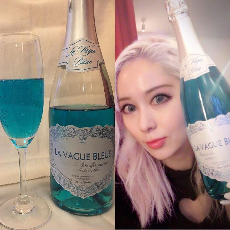 ブルーのスパークリングワイン飲んでるよ❗️珍しくて即買いしちゃった😳味は・・・マトモに美味しかったよ😮 , , , Il est beau et délicieux💕 , #シャンパン #スパークリングワイン #lavaguebleue #ハートのエチケット #ブルーのスパークリングワイン #プラチナブロンド  #japonaise #japan #sparklingwine #bluesparklingwine #vinmousseux #bleuvinmousseux