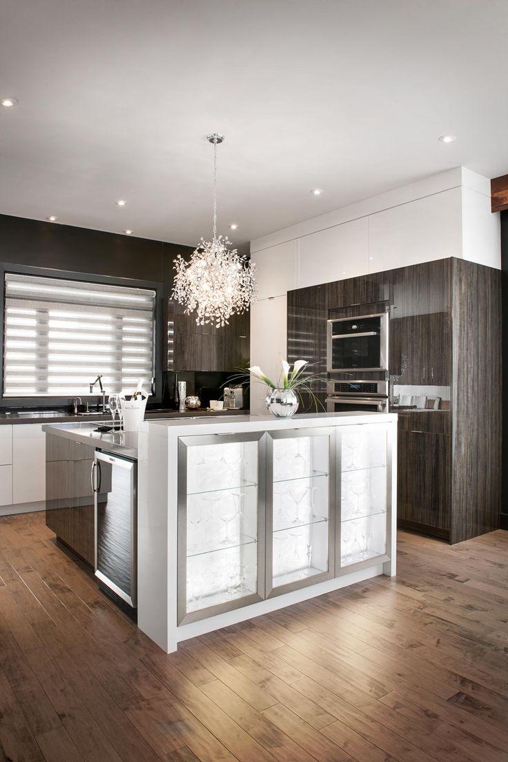 l'îlot de cuisine est le centre d'intérêt de la pièce avec le magnifique lustre.