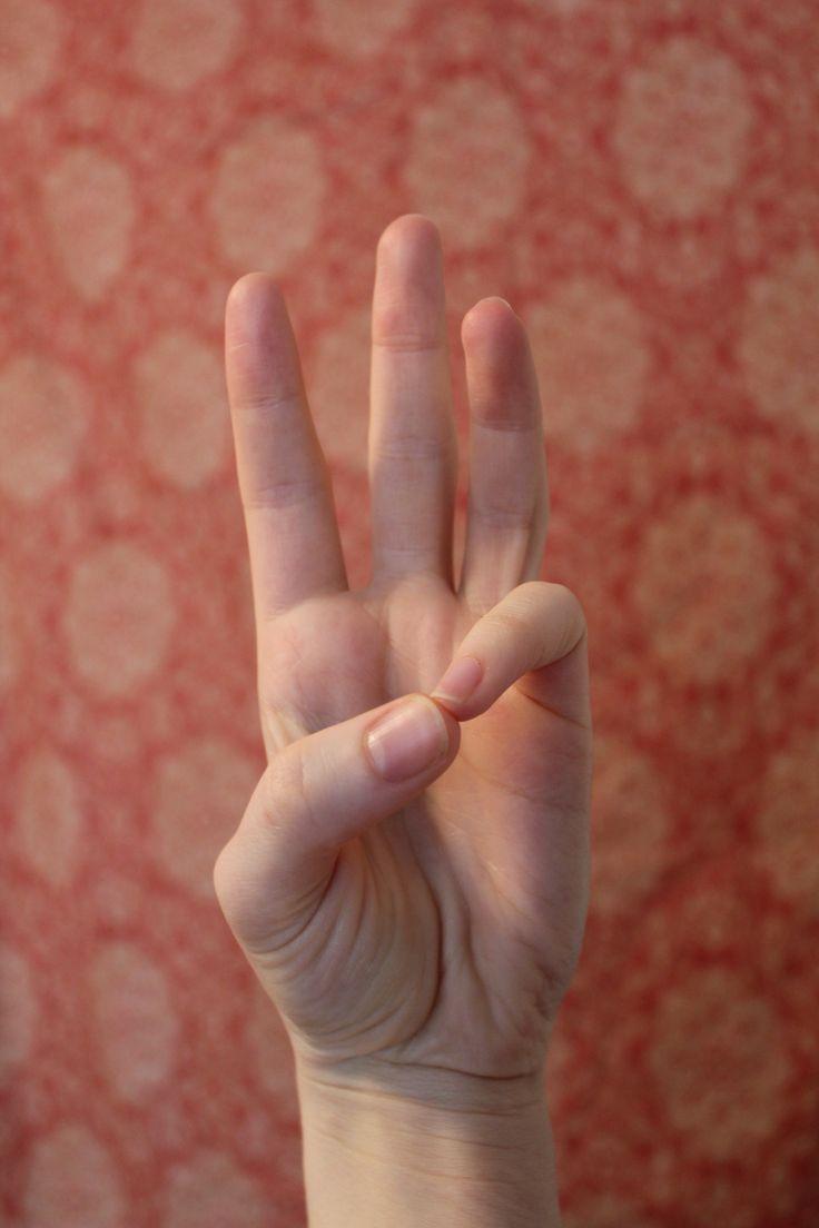 Buddhi Mudra.- Puede fomentar la comunicación clara y efectiva. También ayuda a equilibrar el elemento agua en el cuerpo, activando las glándulas salivales y humedecer los ojos secos y la piel.