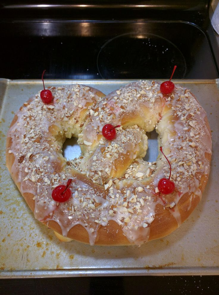 [Homemade] Giant New Year's Pretzel With Icing Almonds And
