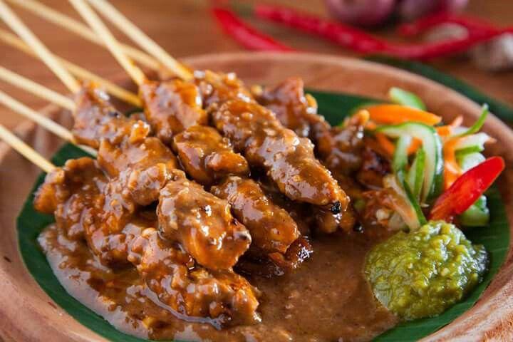 INDONESIA BANGET, Sate Ayam   Ini sate yang standar ya. hampir di setiap wilayah indonesia ada nih, enak dimakan bersama lontong ataupun nasi.