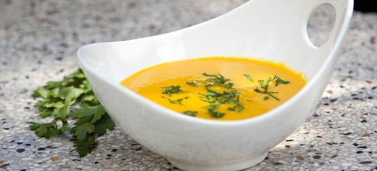 Gylden suppe med hokkaido græskar, hvidløg, gulerod ingefær og røde linser. Herlig suppe på en kold dag - enten som let eller stort måltid. Se opskriften her