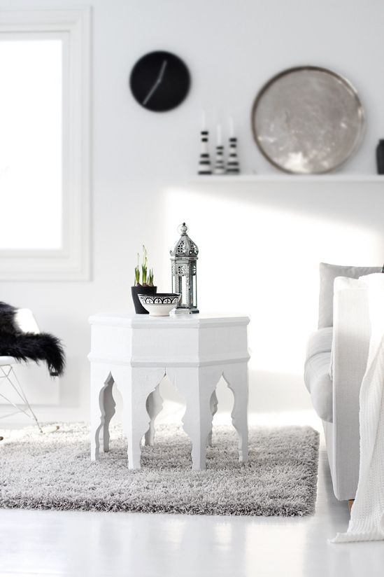 Gorgeous coffe table with Moroccan lantern and bulbs. Black, white and gray. <3