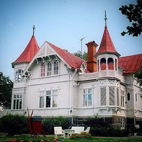 Välkomna alla nya följare som gillar byggnadsvård och vackra hus. Wollinska villan på bilden uppfördes 1899 i Borgholm. Den tornförsedda byggnaden är asymmetriskt komponerad med balkonger och torn och fint arbetade detaljer som fönsteröverstycken, trappräcken och gavelutsmyckningar i form av snickarglädje. #welcome #newfollowers #byggnadsvård #snickarglädje #borgholm #öland #byggogbevar #bygningsvern #oldhouse #oldhouselove
