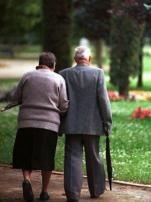 Ver a una pareja de viejitos tomados de la mano ...