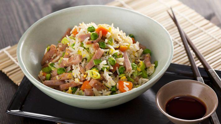 kinesisk mat - stekt ris med reker, kylling, skinke, egg og grønnsaker (gulrot, erter, purre)