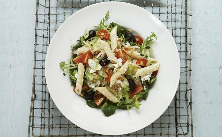 Pastasalat fylt med herlige godsaker som småtomater, pinjekjerner, sorte oliven og Cottage Cheese Sjalottløk og Persille. En sunn, rask og enkel rett som passer til både lunsj, middag eller kvelds.