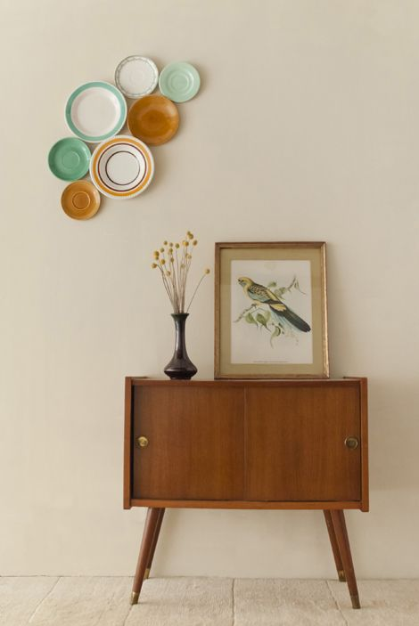 wow, love this! The plates, frame, flowers and cabinet are really my style.. talloor