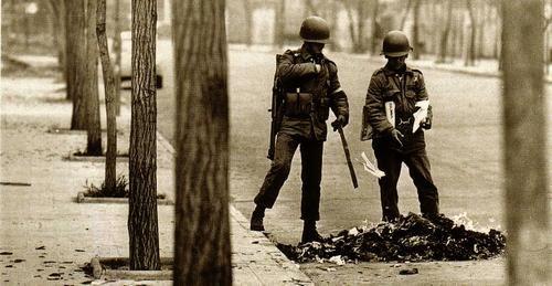 Quema de libros en Chile, durante los primeros días de la Dictadura militar de Augusto Pinochet, 1973.  http://24.media.tumblr.com/20d6626ea5fd056698f307d338d09922/tumblr_mmgb4hrQgy1r69el7o1_500.jpg