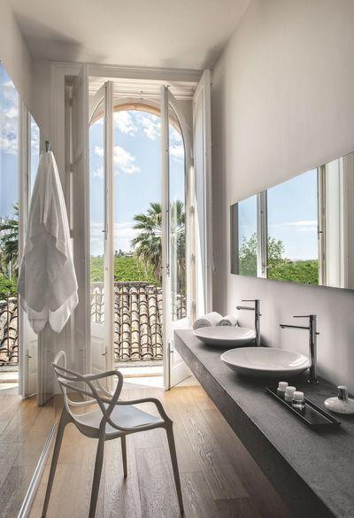 La salle de bains épure avec vue imprenable sur l'extérieur grâce à sa porte-fenêtre. Plus de photos sur Côté Maison http://petitlien.fr/83o9