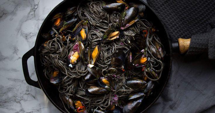Snabbt och snyggt - Svart pasta och blåmusslor kokta i vitt vin. En klassisk rätt som alltid känns lyxig!