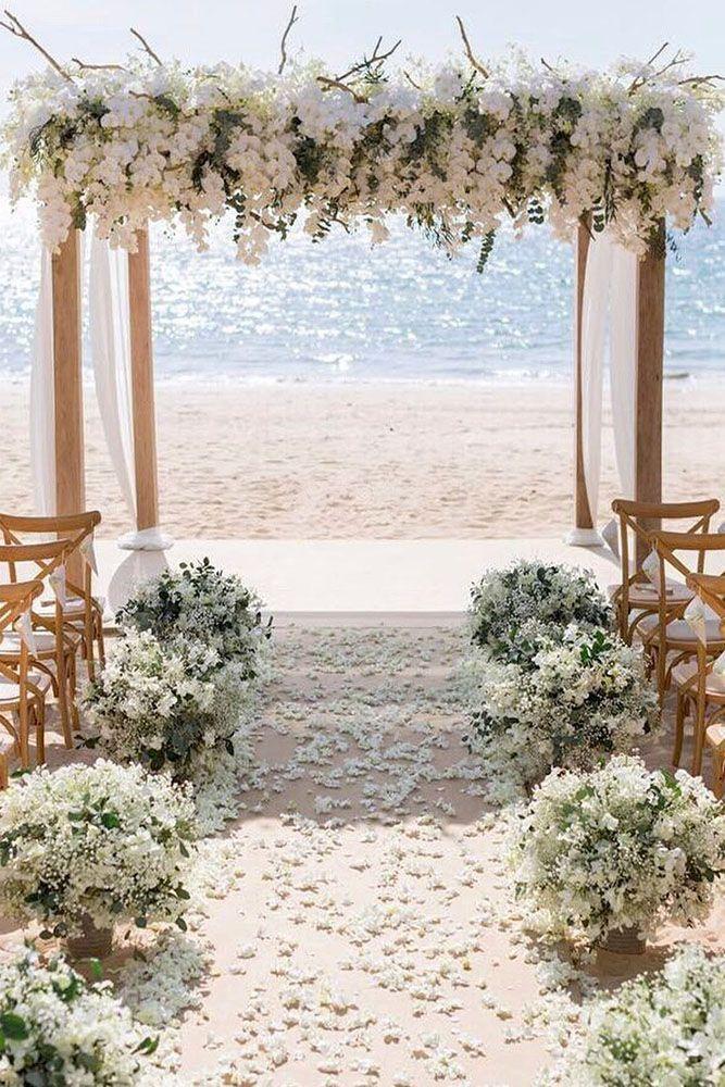 Hochzeitszeremoniedekorationen mit weißen Orchideen und Stoff auf dem Strand ia…