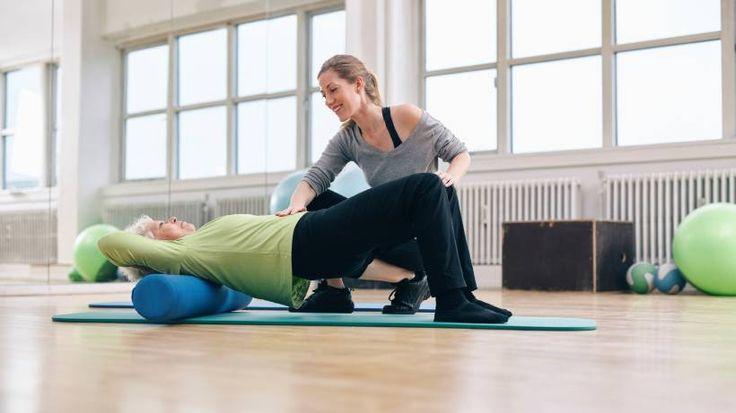 Der neue Fitness-Trend: Selbstmassage mit der Faszien-Rolle macht den Körper elastisch, wirkt gegen Schmerzen & Verspannungen, soll verjüngen & Orangenhaut glätten