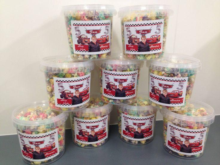 Gekleurde popcorn in emmertje met cars plaatjes, foto en naam