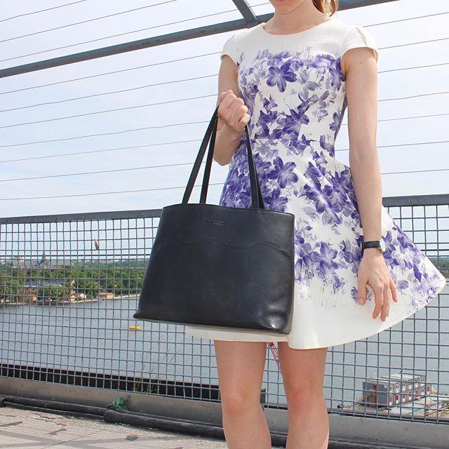 ✨www.bydansti.com✨#tote #totebag #shopper #leather #vegetabletanned #black #bydansti #summerdress #flowerprint #purple #white #baglover #girl #dress #scandinavianstyle #scandinaviandesign #veske #skinnveske #nettbutikk #svart