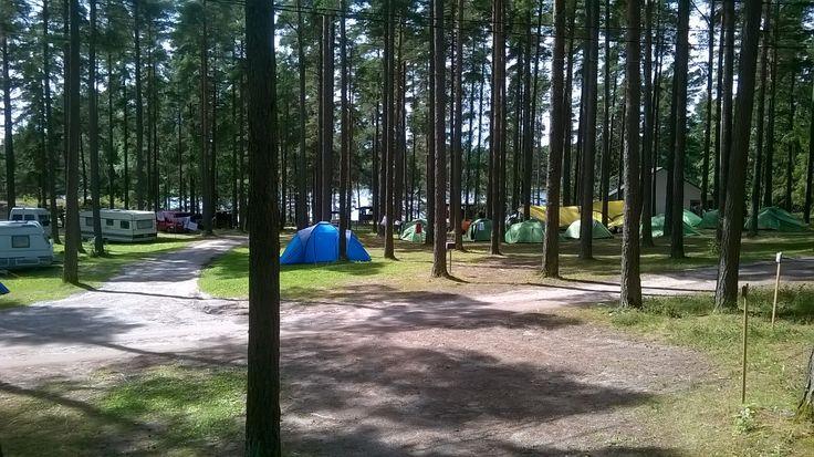 Solliden Camping tarjoaa teltta-, asuntovaunu- sekä asuntoautopaikkoja. Leirintäalueella on yleiset wc-, suihku sekä ruoanlaittotilat.
