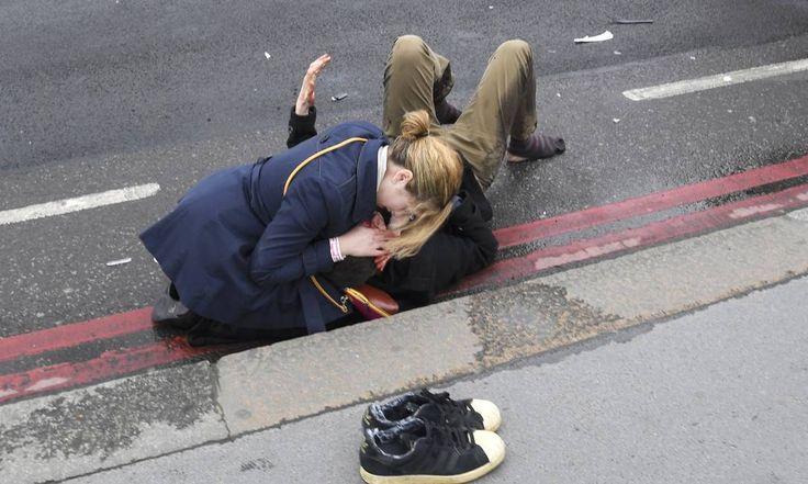 Polícia chama tiroteio fora do Parlamento britânico de ataque terrorista Suspeito foi baleado e autoridades falam em dois supostos ataques simultâneos; agência Reuters cita doze feridos e testemunhas dizem que carro atingiu cinco pessoas