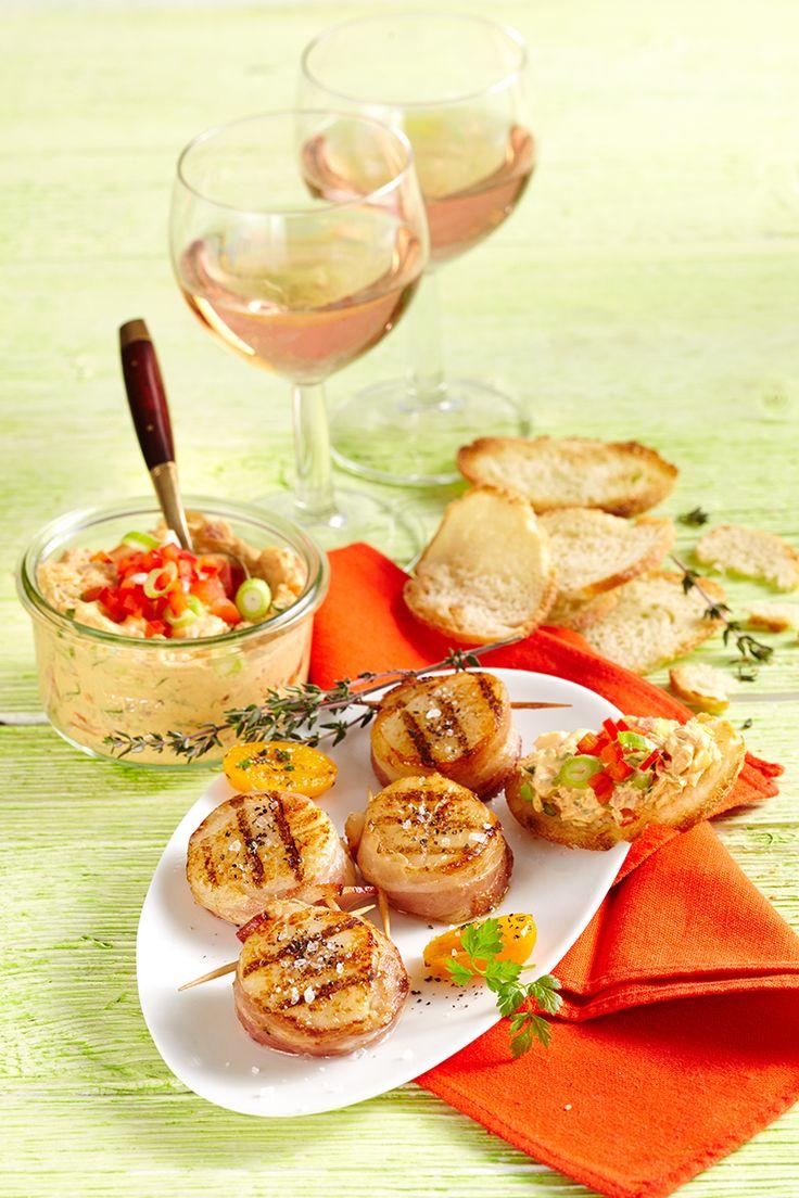 Für Liebhaber von Meeresfrüchten ist unser Bresso-Rezept Gegrillte Jakobsmuscheln im Speckmantel mit Frischkäse-Dip genau richtig.