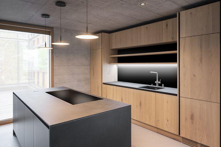 cucina nera e legno, luci   Cucina nera, Cucine, Legno