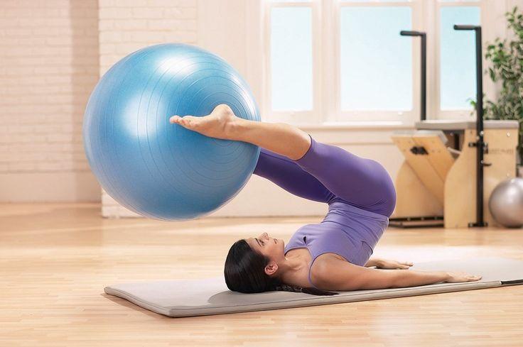 A bola suíça é um dos principais aparelhos do Pilates, um dos instrumentos que mais gosto, por isso separei alguns exercícios. Venham ver!