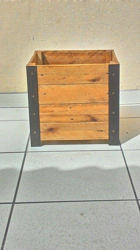 Cachepot madeira reaproveitada.