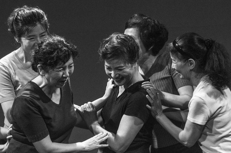 """""""50/60"""" di Wang Mengfan, è il primo di due appuntamenti con la Cina. Lo spettacolo vede protagoniste un gruppo di donne che praticano una danza popolare di strada, un esercizio fisico di routine che ha radici sia nell'antica che nella moderna storia cinese. Foto di Liu Xiaozhuo. #VIEFestival2016 #emiliaromagnateatro #modena #bologna #carpi #vignola #pechino #china #coreographer #multicultural #festival #woman"""