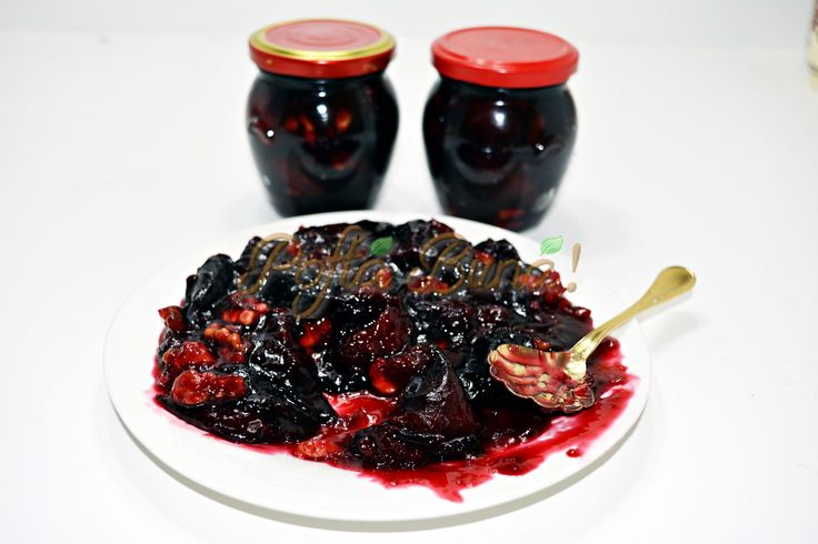 Gem de prune cu nuca, reteta asa cum o facea mama, cu zahar putin, un strop de vanilie si multa nuca, prune intregi si sirop gros, rosiatic, nu negru.