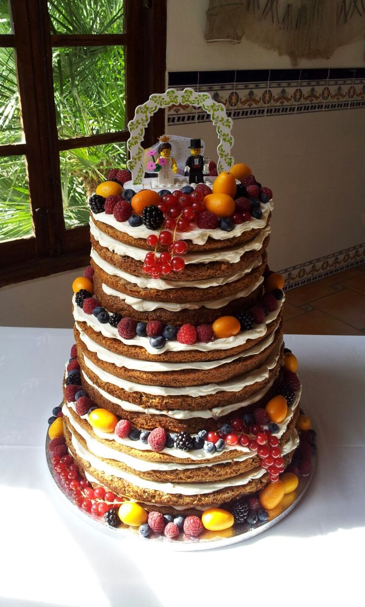 Alicia y Alberto nos han confiado la #tarta de su #boda y su elección nos ha encantado.  Una #carrotcake con #frosting de #queso y decorada con #fruta #fresca.  Enhorabuena, pareja!!! #tartadesnuda #tartadeboda #nakedcake #weddingcake #wedding