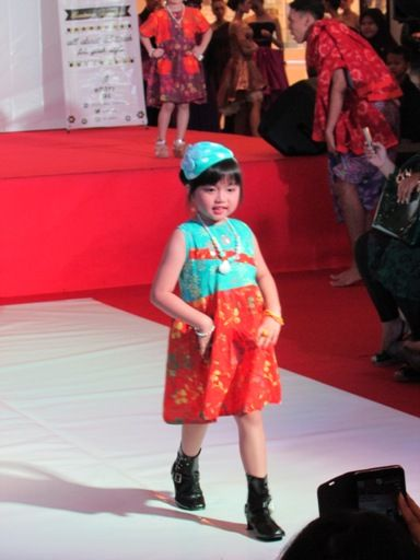 Anak kecil mengenakan baju dress batik pendek dalam acara fashion show anak di kota solo