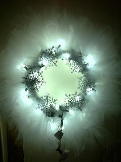 DIY Tulle Light Wreath. Perfect for wedding decor! #WeddingLights #WeddingDecor