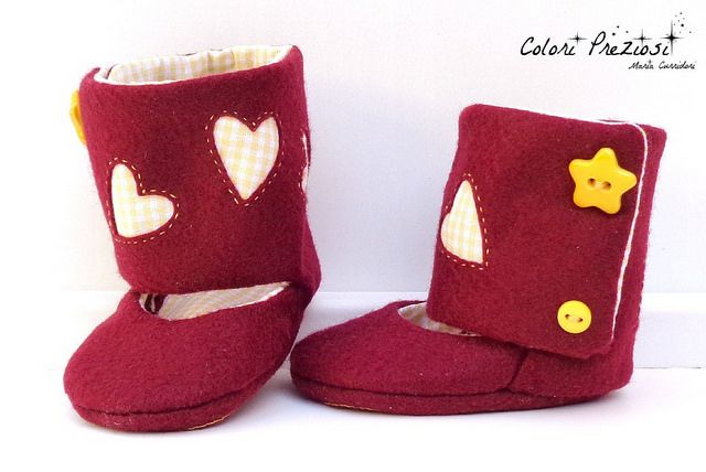 DIY Felt baby shoes.  www.coloripreziosi.blogspot.com #feltroepannolenci #felt #handmade #babyshoes #hearts