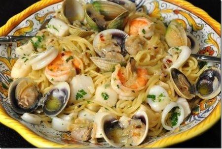 Ecco la famosissima e tipica ricetta per preparare gli spaghetti allo scoglio, dove potete usare tutti i frutti di mare disponibili sul mercato, dalle cozze e vongole, ai gamberi, agli scampi, ai totani, ai calamari, ai moscardini