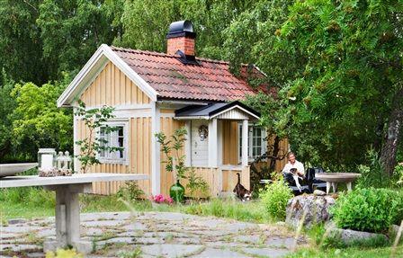HÖNSHUSET BLEV ETT GÄSTHUS | I dag står det gamla hönshuset redo att ta emot gäster från när och fjärran. Efter många år på Söder i Stockholm längtade familjen ut från staden. Drömmen var ett hus där Anna, som är designer, skulle få plats för sitt skapande och där dottern Elsa, som då var liten, skulle få en egen gräsmatta att leka på. Mitt i Mälardalen hittade de 'Solsidan', ett hus byggt 1938, inbäddat i en gammal fruktträdgård som också rymde några mindre byggnader.