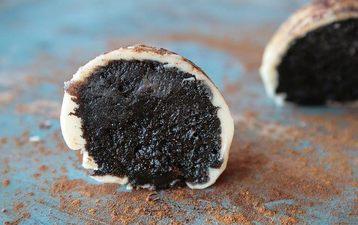 Oreos Liquorice Truffles Recipe (14-16 truffles)  100 g of cream cheese  250 g Oreos  2 teaspoons sweet licorice syrup  300 g of white chocolate  Licorice Powder