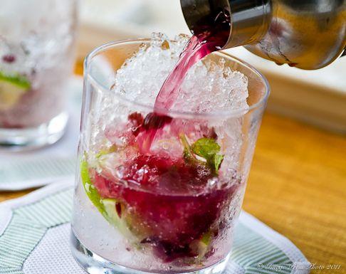 Wild Hibiscus Mojito: Recipes Drinks, Hibiscus Mojito, Mint Leaves, Hibiscus Flowers, Alcoholic Drinks, Flower Mojito, Alcoholic Beverages, Hibiscus Cocktail, Wild Hibiscus