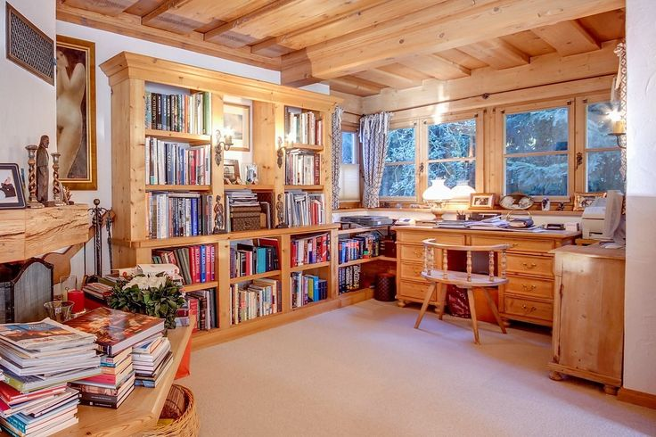 E quando faz frio você pode se refugiar na biblioteca do seu  #cottage.  #Áustria #luxuryhome #Luxury #Dreamhome #Residence #Instagood #Success #Instadesign #Exclusive #Inspiration #deco #luxurylifestyle #realestate #luxo #neve #snow #family