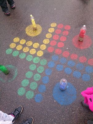 voorbeeld van gezelschapspel op de speelplaats variant paardjesspel, aangepaste versie, met dobbelstenen grote van de action, recyclage pionnen in het knutsel uurtje